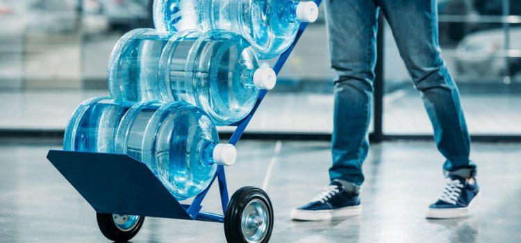 Эксперты рассказали об уловках маркетологов при продаже бутилированной воды.