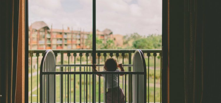 В регионе снова происходят случаи, когда из окон многоэтажек выпадают маленькие дети.